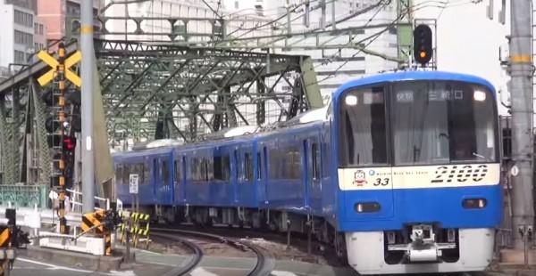 日本京濱急行電鐵為紀念與台灣鐵路管理局的友好協定,決定將電車塗裝成台鐵普通車的藍白色。(圖擷取自YouTube)