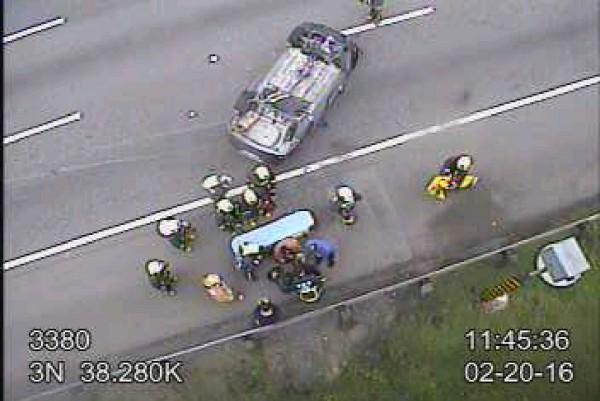 消防人員趕抵現場救援。(翻攝自高速公路即時路況)