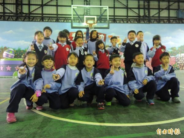 三光國小學生穿新制服亮相,感謝各界協助。(記者張軒哲攝)