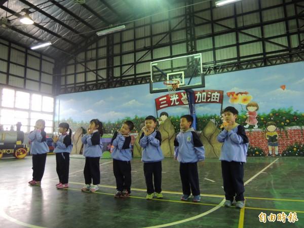 三光國小低年級學童穿運動服走秀。(記者張軒哲攝)