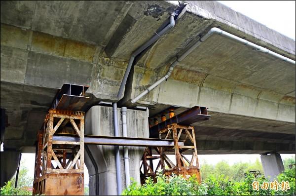 台八十六線歸仁路段因橋面箱樑連接墩柱的支承位移,引發安全疑慮。(記者吳俊鋒攝)