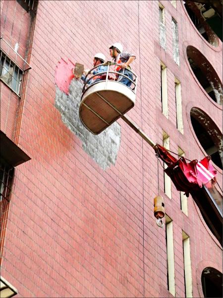 近幾年屢傳大樓外牆磁磚剝落事件,內政部營建署決定修法,研擬將大樓外牆檢測納入強制申報機制,樓層超過十樓、屋齡十年以上大樓,就得定期經合格單位檢測申報。(資料照)