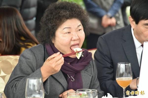 2016高雄國際午宴今天中午在愛河畔登場,市長陳菊與嘉賓,一起分享高雄五星級在地小吃。(記者張忠義攝)