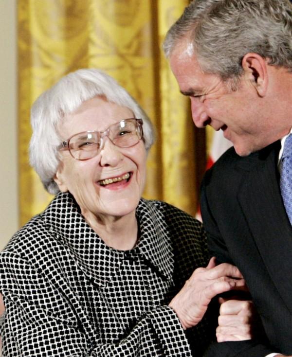 曾以小說《梅崗城故事》獲得美國普立茲獎的作家哈波.李(圖左),19日於美國阿拉巴馬州逝世,享壽89歲。(路透社)
