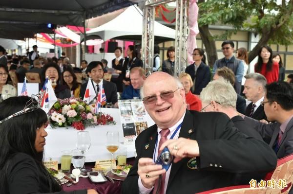2016高雄國際午宴今天中午在愛河畔登場,市長陳菊與嘉賓,一起分享高雄五星級在地小吃,外賓心情愉悅,開心面對鏡頭。(記者張忠義攝)