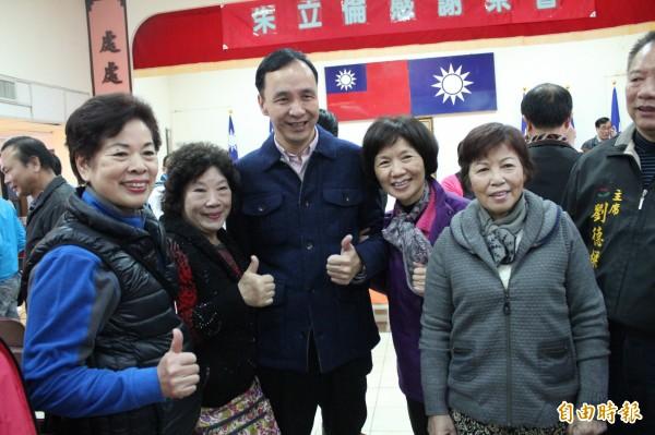 國民黨總統候選人朱立倫今天到新竹縣舉辦感恩茶會,獲新竹縣市基層輔選幹部熱烈歡迎。(記者黃美珠攝)