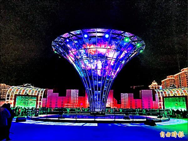 一出高鐵桃園站就可以看到的「科技世界燈區」中,有高十.二五公尺的宇宙塔,用一萬片玻璃打造。(記者李容萍攝)