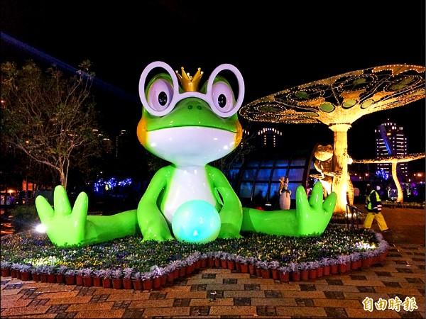 台灣燈會展區的青塘園入口處,有取名「四眼呱呱」的五米高「青蛙王子」迎賓賣萌。(記者李容萍攝)