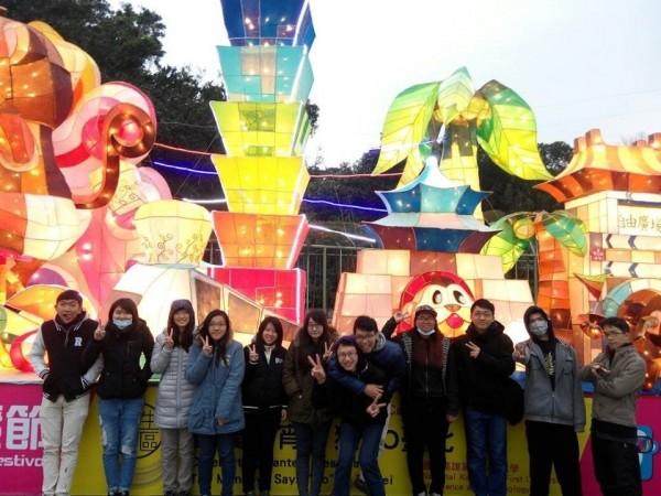 高雄第一科大 創設系同學在台北燈節大型花燈作品,加入電子程式控制燈光變換,讓民眾飽覽傳統花燈與燈光秀結合的炫麗表演。(照片由高雄第一科大提供)