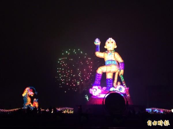 台灣燈會正式開燈,長達8分鐘的煙火璀璨亮麗。(記者李容萍攝)