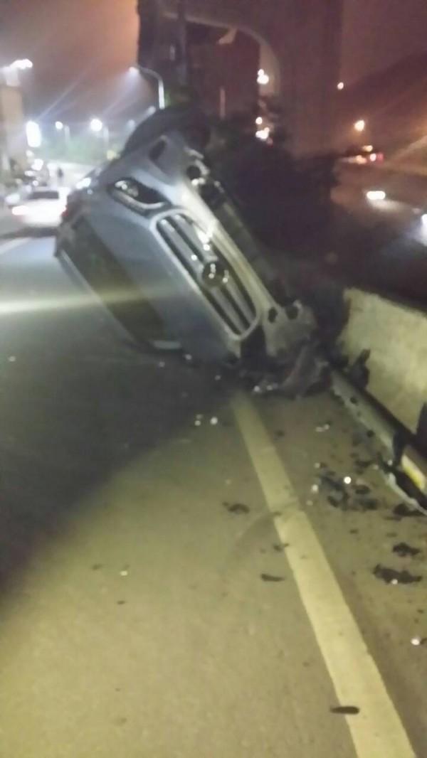 74歲褚姓男子開車載著妻子從林口返回泰山的住處,卻突然衝撞路邊的路燈因而翻車。(記者曾健銘翻攝)