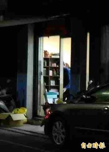 店門口兩片約3x1公尺的玻璃遭砸破。(記者余衡攝)