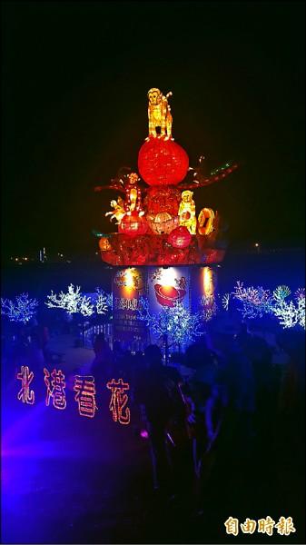 北港燈會今晚啟燈,觀光大橋上的「猴採桃」主燈象徵「好彩頭」,十分吸睛。(記者鄭旭凱攝)