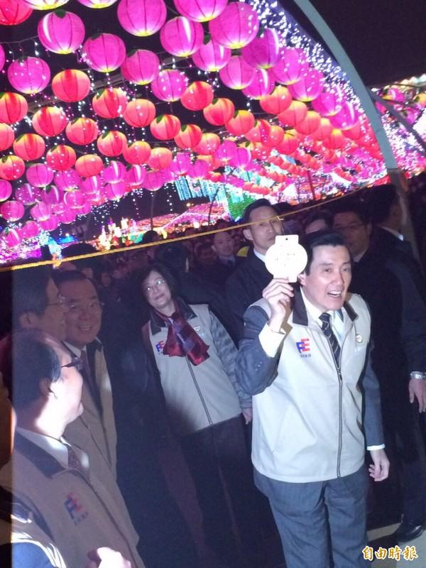 馬英九總統主持點燈儀式,並在祈福燈林掛上祈福卡。(記者李容萍攝)