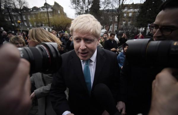 倫敦市長強森在住家門外向媒體聲稱贊成脫離歐盟。(歐新社)