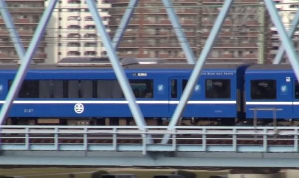 色帶下方還有台灣人最熟悉的台鐵局徽。(圖片擷取自YouTube)