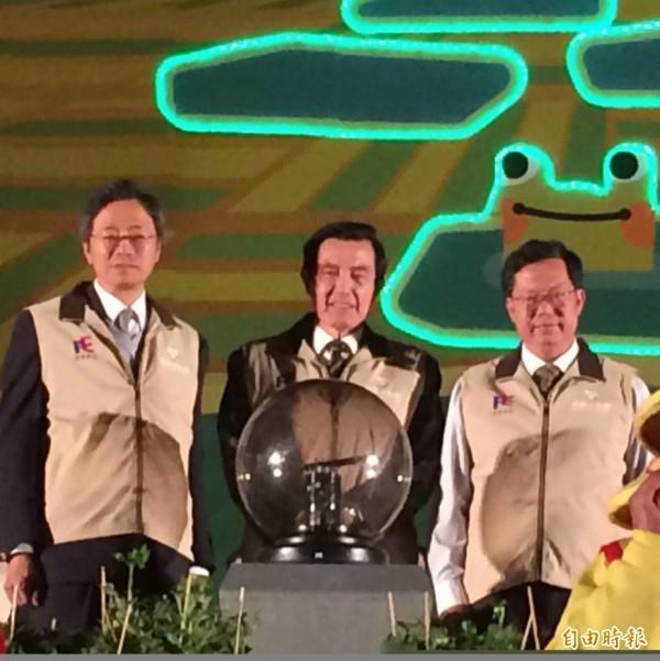 台灣燈會開燈儀式由馬英九總統、行政院長張善政、桃園市長鄭文燦同台把手置放在開燈魔球上,帶領觀眾一起倒數計時開燈。(記者李容萍攝)