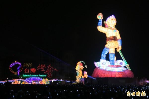 今年的台灣燈會在桃園高鐵站前廣場至青塘園舉辦,從22日開燈持續至3月6日,今年以「騰雲寰宇、暢遊金桃」為主軸,主燈為「齊天創鴻運」。(資料照,記者甘芝萁攝)
