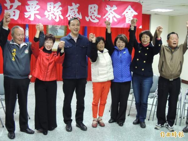 朱立倫(左三)到苗栗縣舉辦感恩茶會,競逐黨主席的洪秀柱(左二)及黃敏惠(右三)先後到場爭取支持。(資料照,記者張勳騰攝)