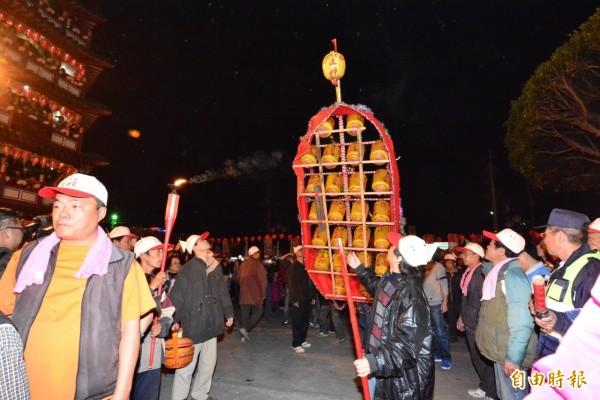 花壇鄉文德宮燈排遶境已有100多年歷史,是全國知名的元宵節活動,連續兩晚吸引爆滿民眾參加。(記者湯世名攝)