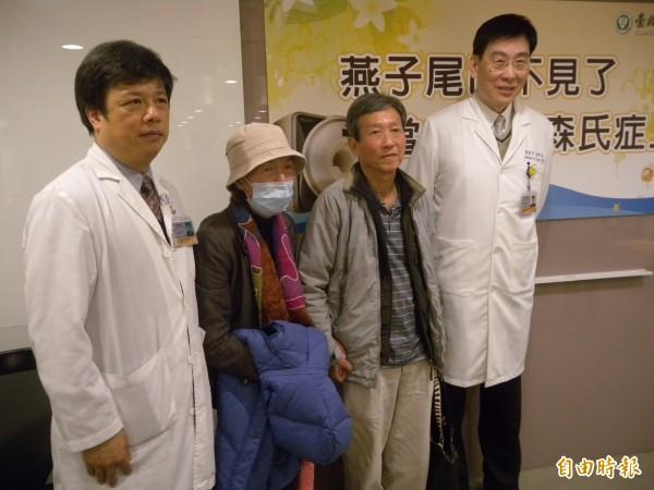 陳女士(左二)4年前發現肌肉痠痛、手舉不起來,最後確診證實是帕金森氏症。(記者吳亮儀攝)