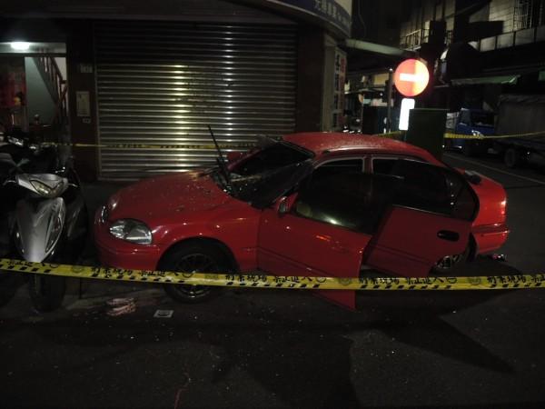轎車擋風玻璃全毀。(記者曾健銘翻攝)
