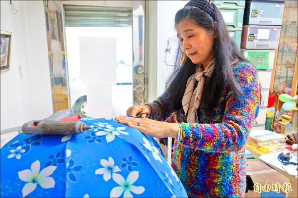 投入傳統花燈製作超過廿年,以往台灣各大燈會現場總能見到張秀琴的手藝。(記者蕭婷方攝)