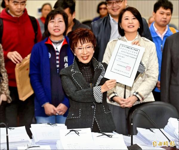 國民黨主席補選昨進行參選登記作業,前立法院副院長洪秀柱完成登記。(記者方賓照攝)