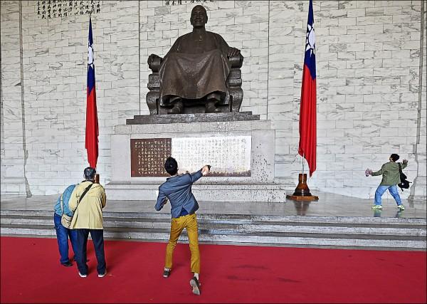 前總統蔣介石在台灣的歷史定位屢引爭論,中研院近史所副研究員陳儀深昨表示,不適合專設一個大紀念堂來紀念蔣介石,應將「中正紀念堂」改為「歷任總統文物館」。圖為中正紀念堂內的蔣介石銅像,去年曾遭抗議者丟雞蛋。(資料照)