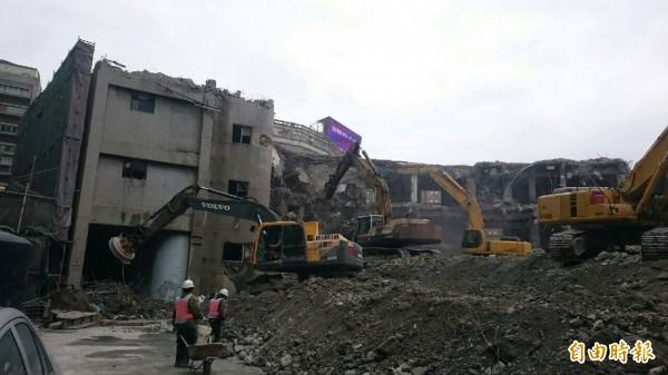 市議會舊址去年9月拍板拆除,今年2月21日已拆除「後側議事廳」。(記者何世昌攝)