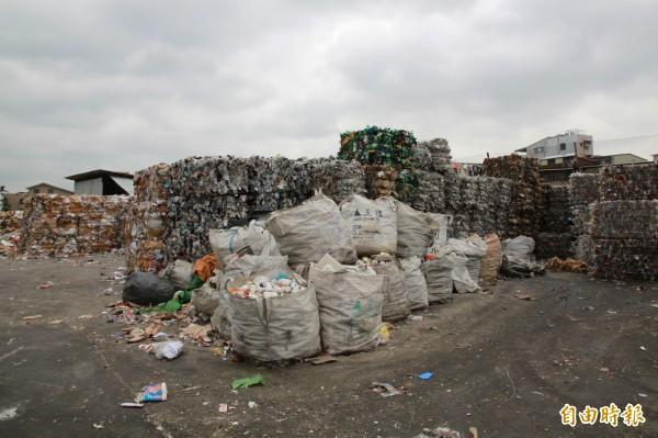 在原物料價格狂跌的情形下,資源回收業者感嘆,其中以塑膠、寶特瓶類堆積情形最為嚴重。(記者鄭鴻達攝)