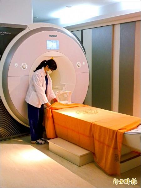 ▲新型超高梯度3T磁振造影儀,可提供非侵入式、無游離輻射線的影像檢查。(記者吳亮儀攝)