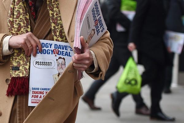 英國今年將進行脫歐公投,圖為脫歐派發送傳單。(歐新社)