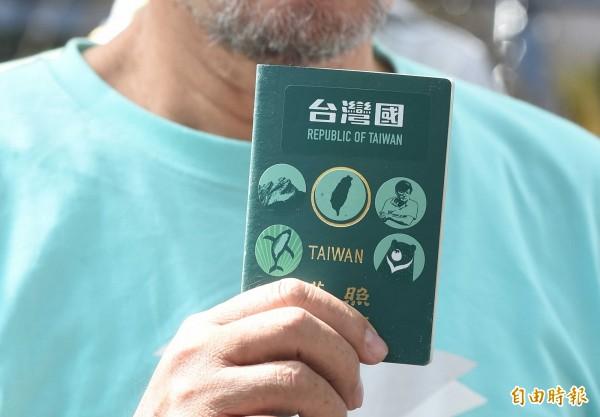 台灣國貼紙運動官方臉書今早貼文,他們搬出美國政府海關及邊境保護署的信件,證明護照上的貼紙根本無礙進出海關。(資料照,記者劉信德攝)