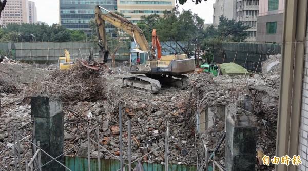 台北市舊議會大樓正在進行拆除工程。(記者劉信德攝)