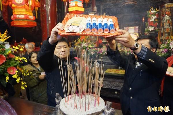 鎮瀾宮董事長顏清標為媽祖涼涼面膜過火。(記者歐素美攝)