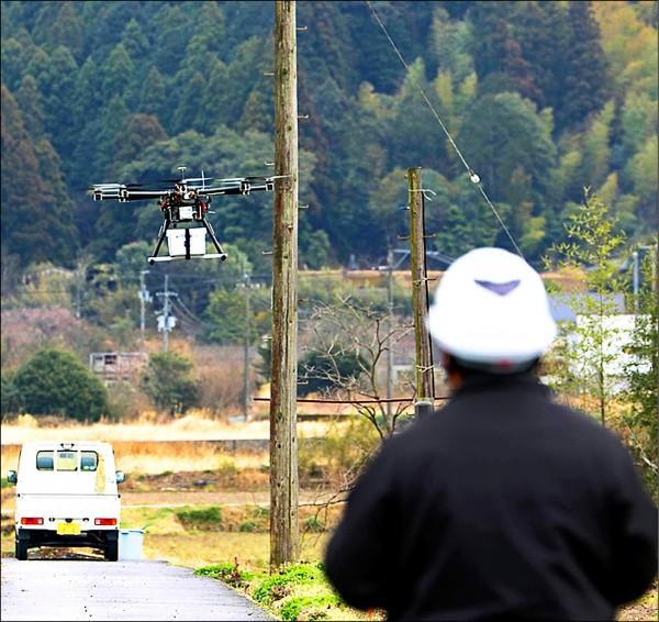日本24日首次在德島縣那賀町試辦無人機宅配服務。(取自網路)