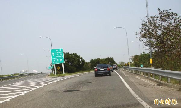布袋鎮民代表李志榮反應,中山高嘉義附近的交流道路況不佳。(記者林宜樟攝)