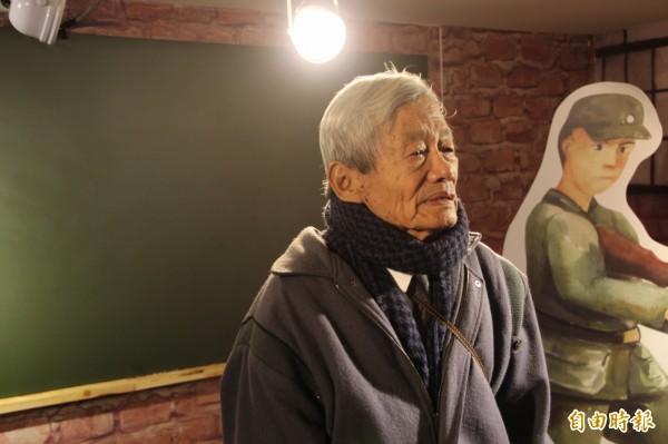 蕭錦文昨天再看到弟弟的遺物,當場泣不成聲。(記者鍾泓良攝)
