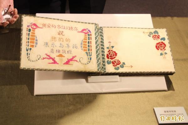 蕭錦文把弟弟遺留的 工相冊捐贈給台北二二八紀念館。(記者鍾泓良攝)