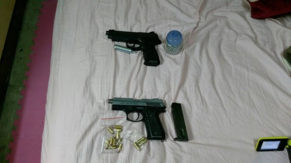 台南市刑警大隊偵七隊破獲販毒案,逮捕李姓藥頭和施姓藥腳共14人,查獲改造槍和子彈。(記者楊金城翻攝)