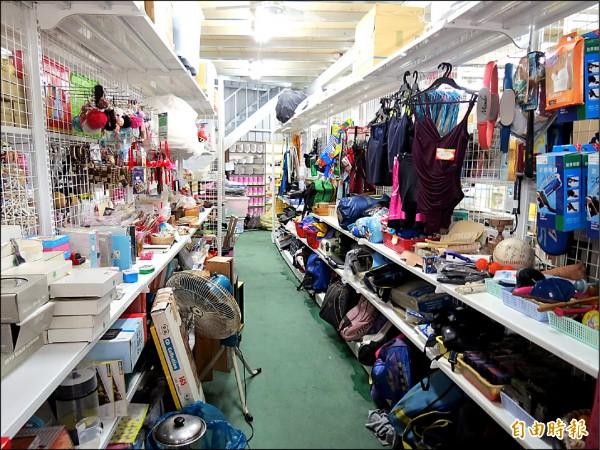 十方啟能中心二手商店物品相當多樣,消費者最愛在其中尋寶。(記者蘇金鳳攝)