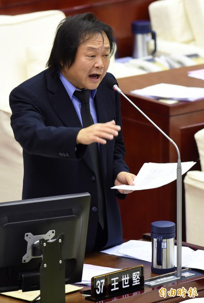 台北市議員王世堅質疑國民黨恐用「假買賣」手法,過水給其他人士,以增加監督的困難。(資料照,記者簡榮豐攝)