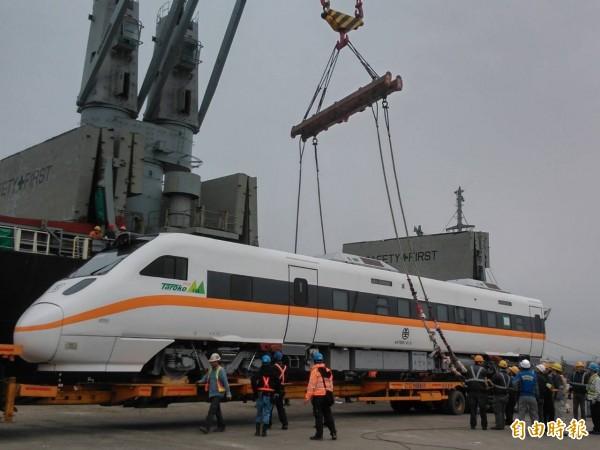 台鐵向日本採購的太魯閣號自強號8節車廂,昨再度運抵台中港,將移置彰化機務段進行整備及試車。(記者歐素美攝)