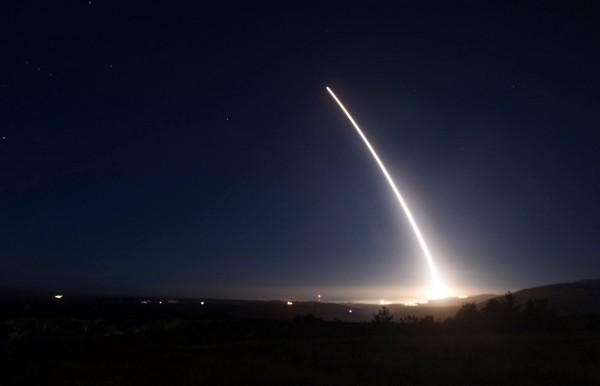 洲際彈道飛彈「義勇兵三號」於晚間發射,在空中按弧形軌道飛行。(美聯社)