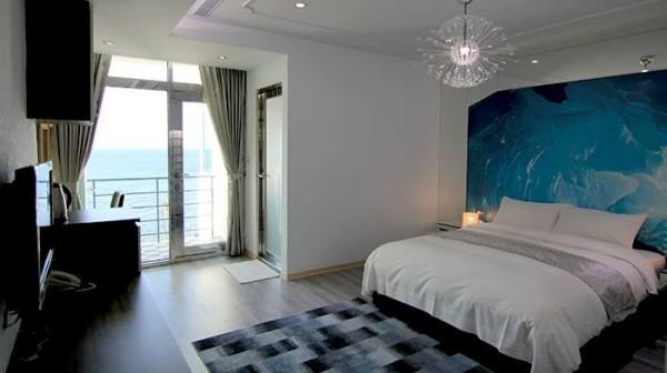 飯店裝潢採主題式,十分雅緻,圖為飯店房間照片。(圖擷自業者臉書)