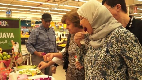中東地區民眾品嚐高雄水果,稱讚口感優於當地。(高雄市府提供)