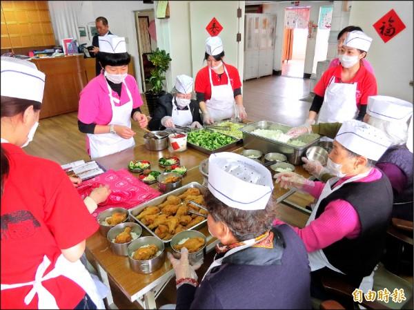 「悠悠食堂」每週五由長者製作古早味便當,衛生可口,供不應求。(記者蔡文居攝)