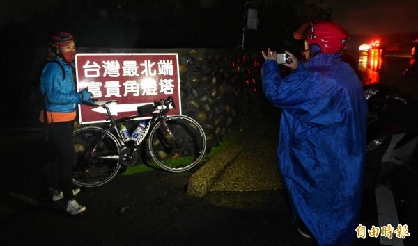 今天清晨4點多,已經陸續有自行車車友抵達富貴角,準備參與柯文哲的雙塔挑戰。(記者劉信德攝)