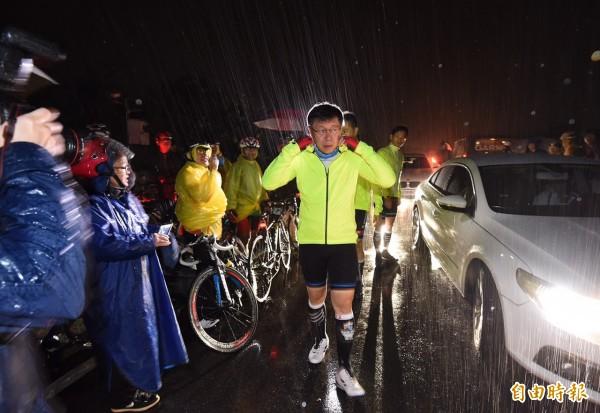 柯文哲準備出發前,富貴角附近雨勢頗大。(記者劉信德攝)